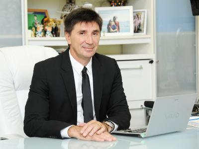 imagem mostra doutor janguie diniz em sua mesa ao lado do computador