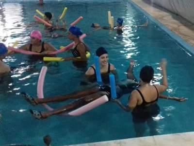 Alunos fazendo fisioterapia na piscina