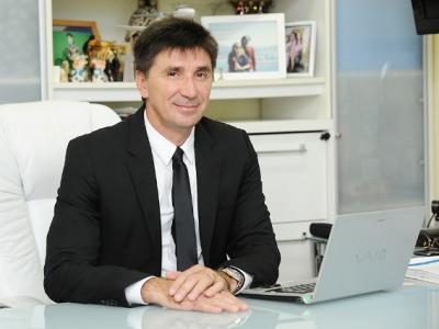 imagem  mostra doutor Janguiê em sua mesa de  trabalho
