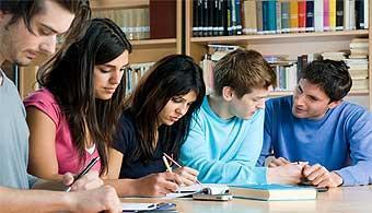Pessoas estudando em grupo