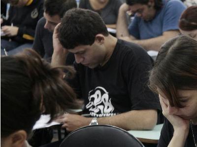 Estudantes realizando provas