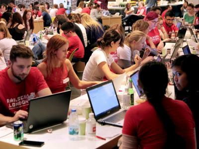 Imagem de pessoas utilizando computadores