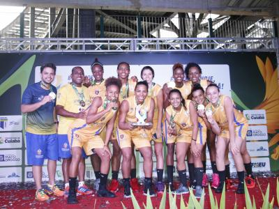 Equipe de basquete da UNINASSAU Recife comemora medalhas de ouro no JUBs 2016