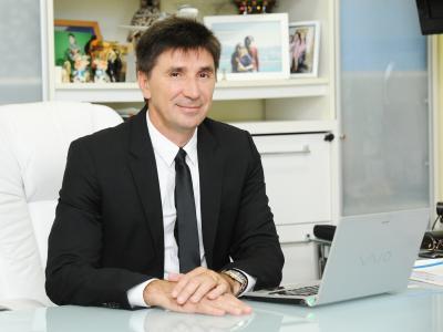 imagem mostra  janguiê em sua mesa de trabalho