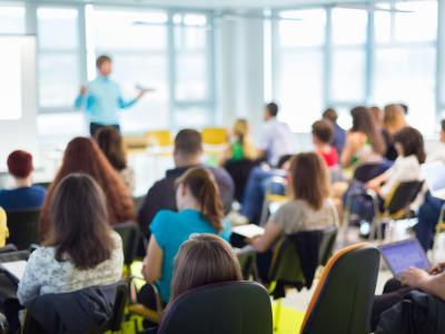 imagem mostra alunos em sala de aula