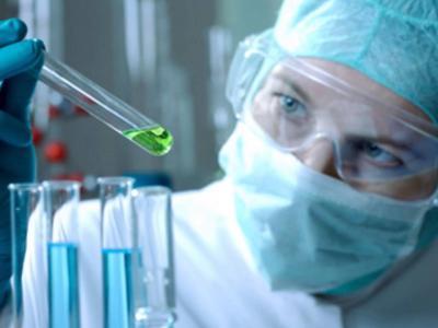 imagem mostra  um biomédico em um laboratório