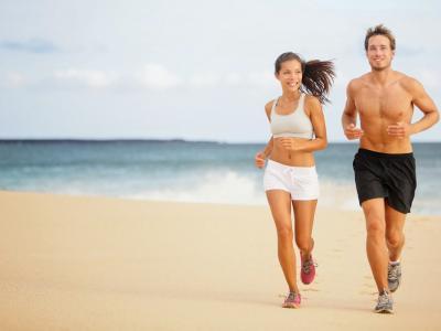 pessoas correm na praia