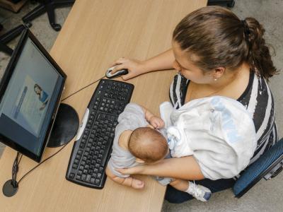mãe estudando com o filho
