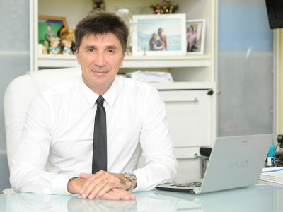 Imagem mostra Janguiê Diniz em ambiente de trabalho