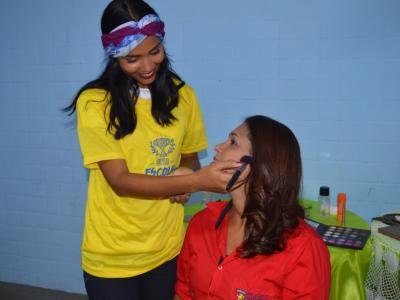 Imagem mostra estudante de Estética fazendo maquiagem e funcionária da NASSAU