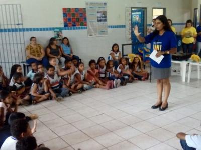 Professora ministrando palestra para crianças