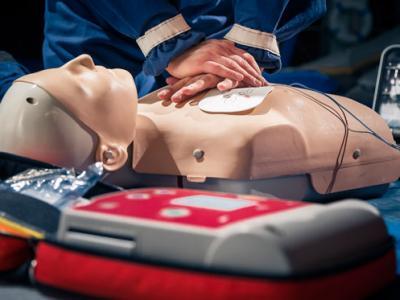 paramédico faz massagem cardíaca