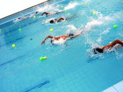 Imagem mostra homens nadando