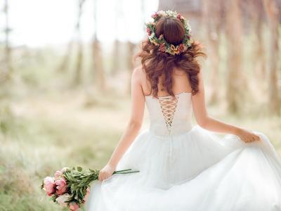 imagem mostra  uma noiva de costas