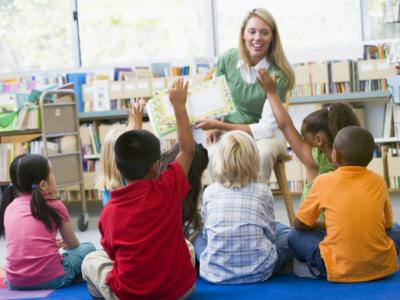 Imagem mostra crianças em atividade de psicologia