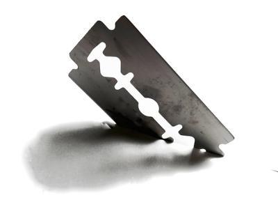 Imagem mostra gilete, objeto de automutilação
