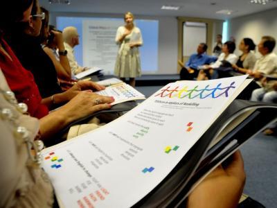 Imagem mostra alunos concentrados na aula