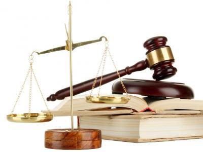Imagem mostra martelo e balança da justiça