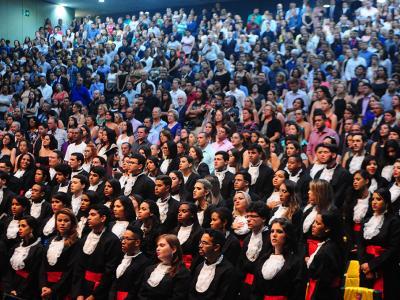 Imagem mostra alunos colando grau