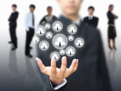 Imagem mostra homem na frente de outros mostrando liderança