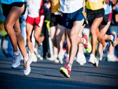 Imagem mostra pessoas correndo