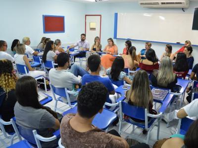Sala de aula com estudantes