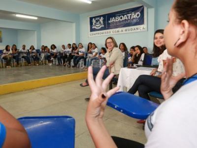 Imagem mostra pessoas assistindo a uma palestra