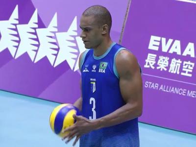 Imagem mostra atleta preparado para sacar