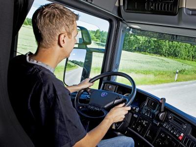 Imagem mostra homem dirigindo um caminhão