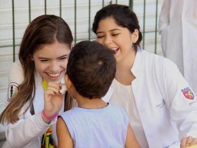 Imagem mostra criança em atendimento na ação