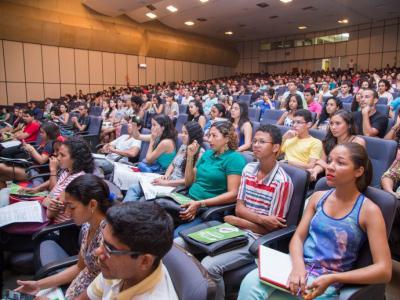 Imagem mostra alunos prestando atenção na aula