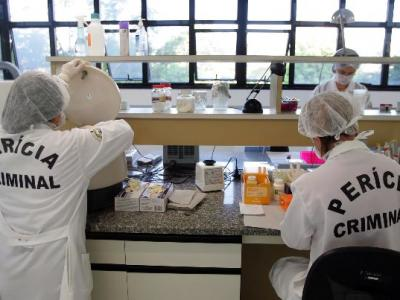 Imagem mostra pessoas trabalhando em um laboratório