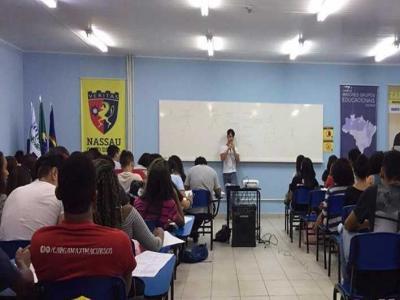 Imagem mostra estudantes durante aula de preparação para o Enem