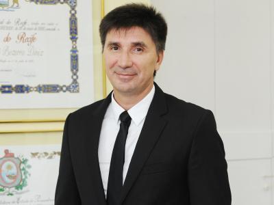 Imagem mostra Janguiê Diniz em seu escritório