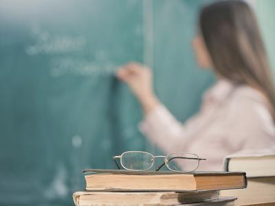Imagem mostra professora fazendo anotações em quadro negro