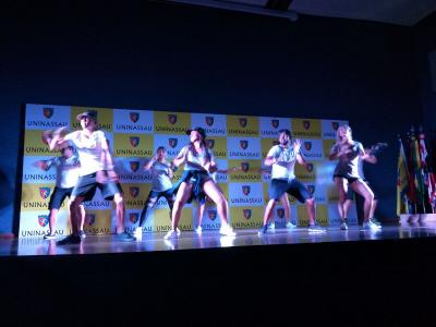 Imagem mostra pessoas dançando