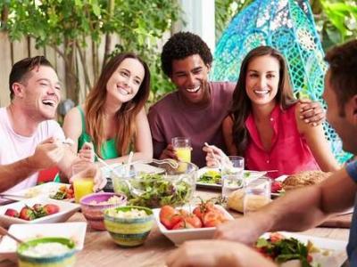 Imagem mostra pessoas comendo em uma mesa