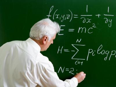 Imagem mostra professor dando aula