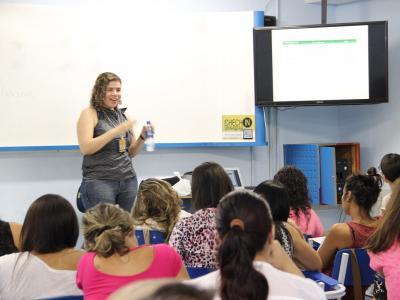 Imagem mostra professora durante Capacita