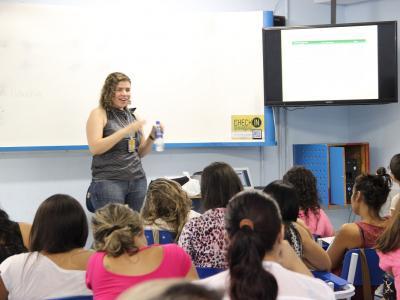 Imagem mostra professor durante capacitação profissional