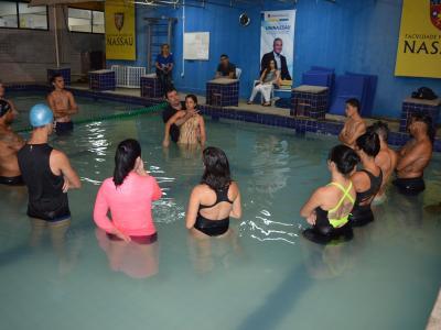 Imagem mostra profissionais na piscina
