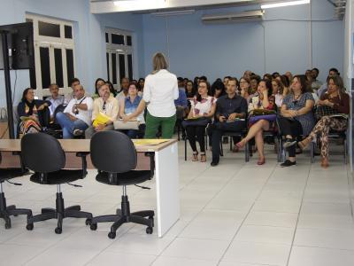 Imagem mostra professores durante treinamento