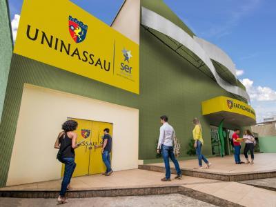A imagem mostra quatro pessoas na fachada da UNINASSAU Belem