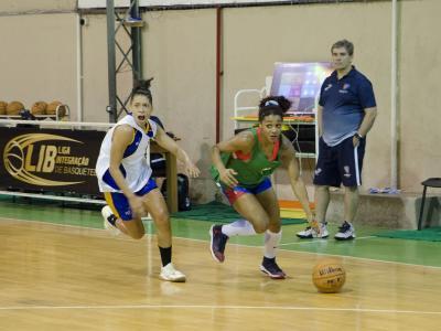 Imagem mostra jogadores de basquete em treino