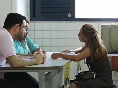 Imagem mostra três pessoas conversando