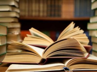 A imagem mostra vários livros abertos