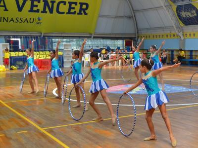 Imagem mostra ginastas durante apresentação