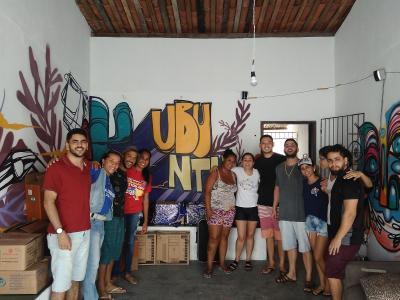 A imagem mostra um grupo de alunos