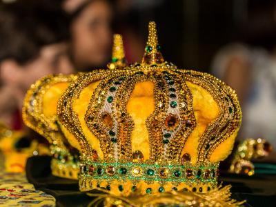 Imagem mostra coroas de rei e rainha do milho