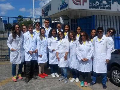 Imagem mostra estudantes em frente ao laboratório